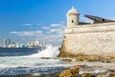 The castle of El Morro with the Havana skyline — Stock Photo