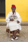 Old black lady smoking a cuban cigar in Havana — Stock Photo