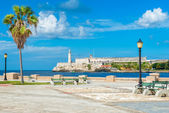 Romantic park in Havana with a view of the castle of El Morro — Photo