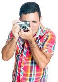 Hispanic mann mit einer vintage aussehende kompaktkamera — Stockfoto