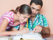 отец помогает его дочь учиться — Стоковое фото