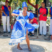Afrocuban dancer and traditional music group — Stock Photo