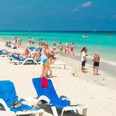 Turisti godersi la spiaggia di varadero a cuba — Foto Stock