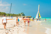 Tourists enjoying the beach at Varadero in Cuba — Stockfoto