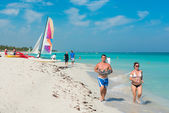 Young people running along the beach in Varadero,Cuba — Photo