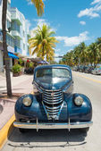 Vintage carro estacionado na ocean drive em south beach, em miami — Fotografia Stock