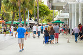 Shoppers and tourists  at Lincoln Road in Miami — Stock Photo