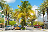 Traffic and shops among tropical palm trees at Lincoln Road in — Stock Photo