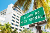 Street sign marking directions to Lincoln Road, Miami — Stock Photo