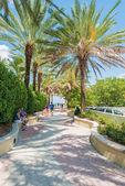 People enjoying the weather near South Beach, Miami — Stock Photo