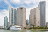 The skyline of downtown Miami with modern yachts docked at the b — Stock Photo