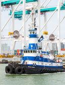Rebocador navegando no porto de miami — Foto Stock