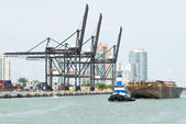 Tugboat pulling a barge in the Port of Miami — 图库照片