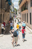 Tourists and local in a typical colorful street in Havana — Stockfoto