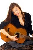 красивая молодая женщина с акустической гитары — Стоковое фото