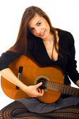 Mooie jonge vrouw met akoestische gitaar — Stockfoto