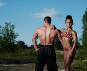 спортивная(ый) мужчина и женщина на открытом воздухе — Стоковое фото