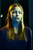 Teenager girl with a cigarette — Stockfoto