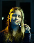 Teenager girl with a cigarette — 图库照片