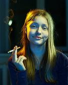 Fille adolescente avec une cigarette — Photo