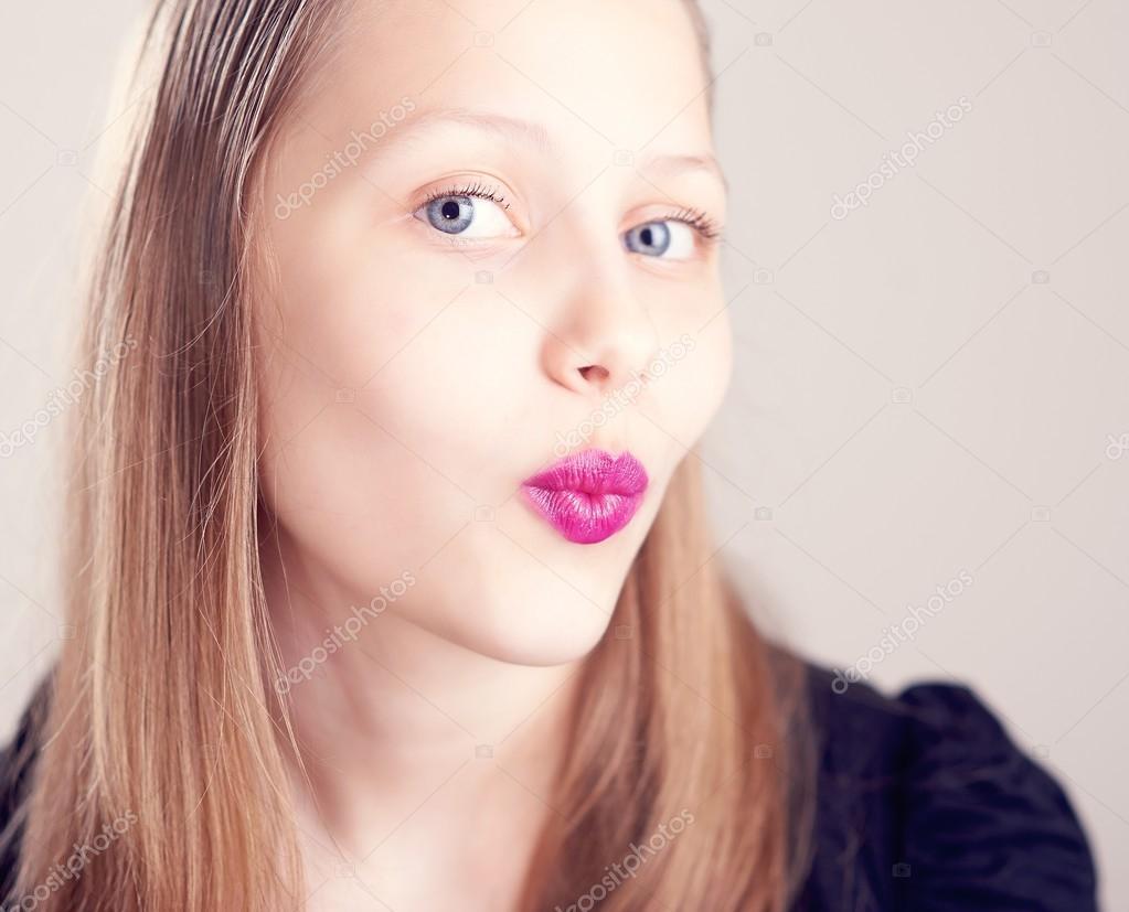 十几岁的女孩,可爱的鬼脸