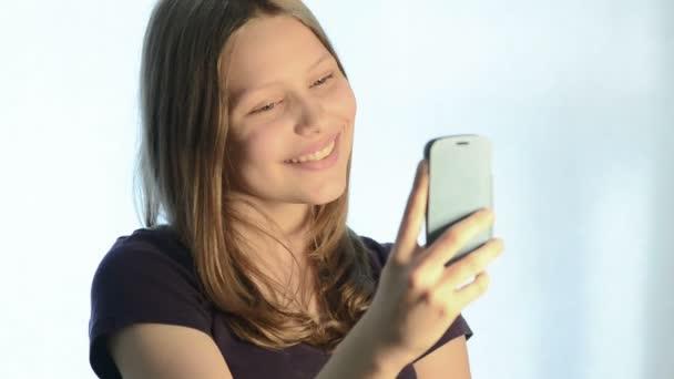 Teen girl make pictures of herself — Vidéo