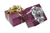 Caja de regalo con lazo de cinta dorada — Foto de Stock
