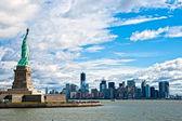 The Statue of Liberty and Manhattan Skyline, New York City. USA. — Stock Photo