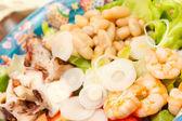 Ahtapot, karides, fasulye ve birliği ile salata karışımı. — Stok fotoğraf