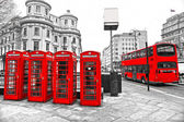 LONDON - MARCH 17: Double-decker bus, red telephone boxes and un — Stockfoto