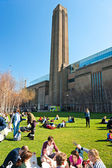 LONDON - MARCH 19 : Peoples relaxing outside the Tate Modern Gal — Stockfoto