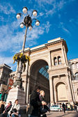 MILAN - DECEMBER 11: Tourists in front of Vittorio Emanuele gall — Fotografia Stock