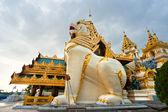 遠くにシュエダゴン パゴダ、yangoon、ミャンマー. — ストック写真
