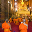 Monks praying at Wat Po,  Bangkok, Thailandia. — Stock Photo