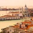 ヴェネツィア大運河の眺めとサンタ_マリア教会・ デッラ ・敬礼。イタリア — ストック写真