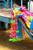 Flores en un bote de cola larga, bangkok, tailandia. — Foto de Stock