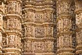 Kamasutra sceny na ścianie świątyni w khajuraho. — Zdjęcie stockowe