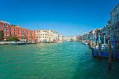 Vue panoramique du grand canal et le pont du rialto, venise. — Photo