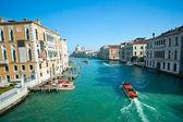 Benátky, palác na canal grande s kostel santa maria della salute. — Stock fotografie