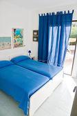 Güzel yatak odası ve geniş pencere iç. — Stok fotoğraf