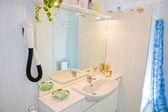 Interior of a minimalist bathroom. — Stock Photo