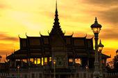 Pnom 日没で、カンボジア プノンペンの王宮のシルエット. — ストック写真