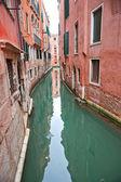 典型的な運河やヴェネツィアの美しい家のビュー. — ストック写真