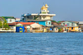 Tempel en huis op de chao praya rivier, bangkok, thailand. — Stockfoto