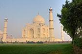 Taj mahal al amanecer, agra, uttar pradesh, india. — Foto de Stock