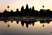 Angkor wat bij zonsopgang, cambodja. — Stockfoto