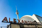 Alexanderplatz im nebligen tag, berlin, deutschland. — Stockfoto