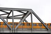 Metro sobre a ponte, berlim, alemanha. isolado no branco. — Foto Stock