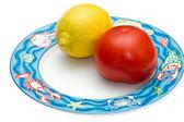 томатный и лимонный на элегантный блюдо. — Стоковое фото