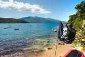 Pirate Flag in Forno beach, Biodola Bay, Elba island. — Stock Photo